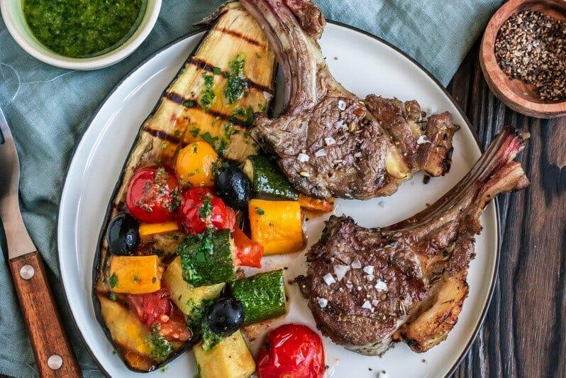 Vom Grill: Koteletts vom Lamm auf Tomaten-Auberginen-Salat